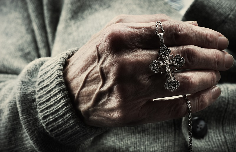 можно ли носить крестик умершего