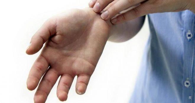 к чему чешется правая рука
