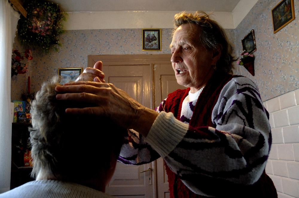 Бабушка вычитывает болезни